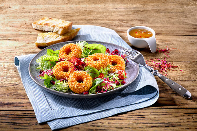 Backcamembert Donuts im Salat mit Dressing