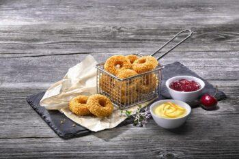 Backcamembert Donuts im Korb mit Dips