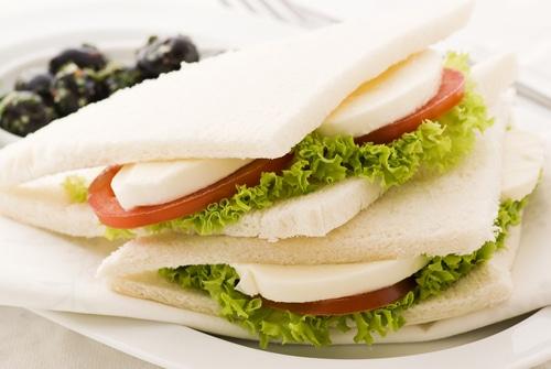 TRamezzini. italienisches Sandwich Tomoate Pesto Mozarella