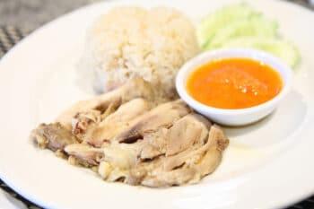 Thai Reisgericht mit Fleisch und Sauce
