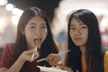 Frauen essen Nudeln, Bangkok