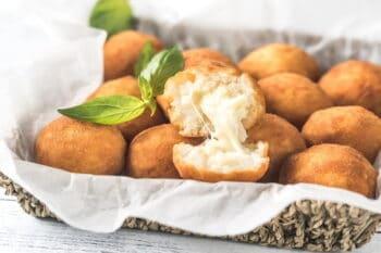 Arancini Reisbällchen mit Käse gefüllt