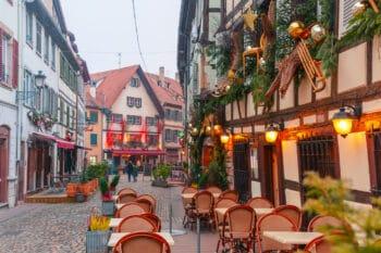 Straße mit Lokalen Gastronomie