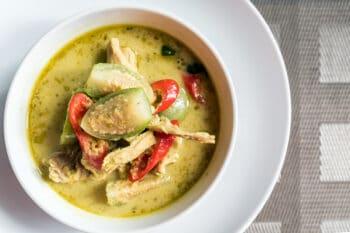 Grüner Thai Curry mit Fleisch und grüner Paprika