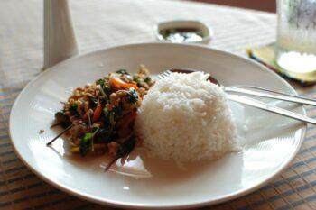 Pad Kra Pho Thailändisches Reisgericht
