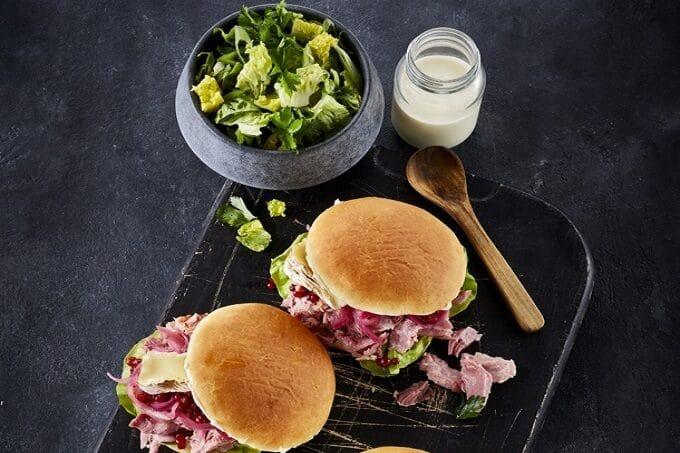 Eisbein Burger mit Bacon Salat