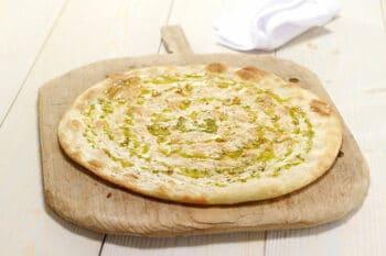 Fertiges Pizzabrot mit Olivenöl Bindi