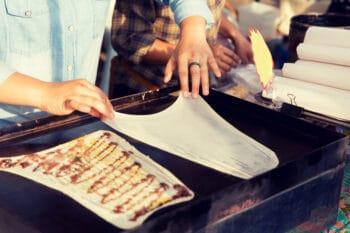 Thailändisches Pfannkuchen als Street Food