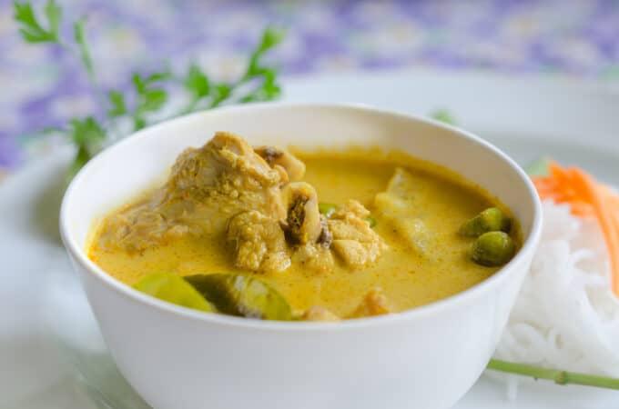 Gelber Thai Curry mit Fleisch und Chili