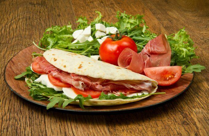 Piadina Italien mit Mozzarella Schinken Tomaten