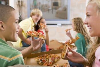 jugendliche essen Pizza To Go