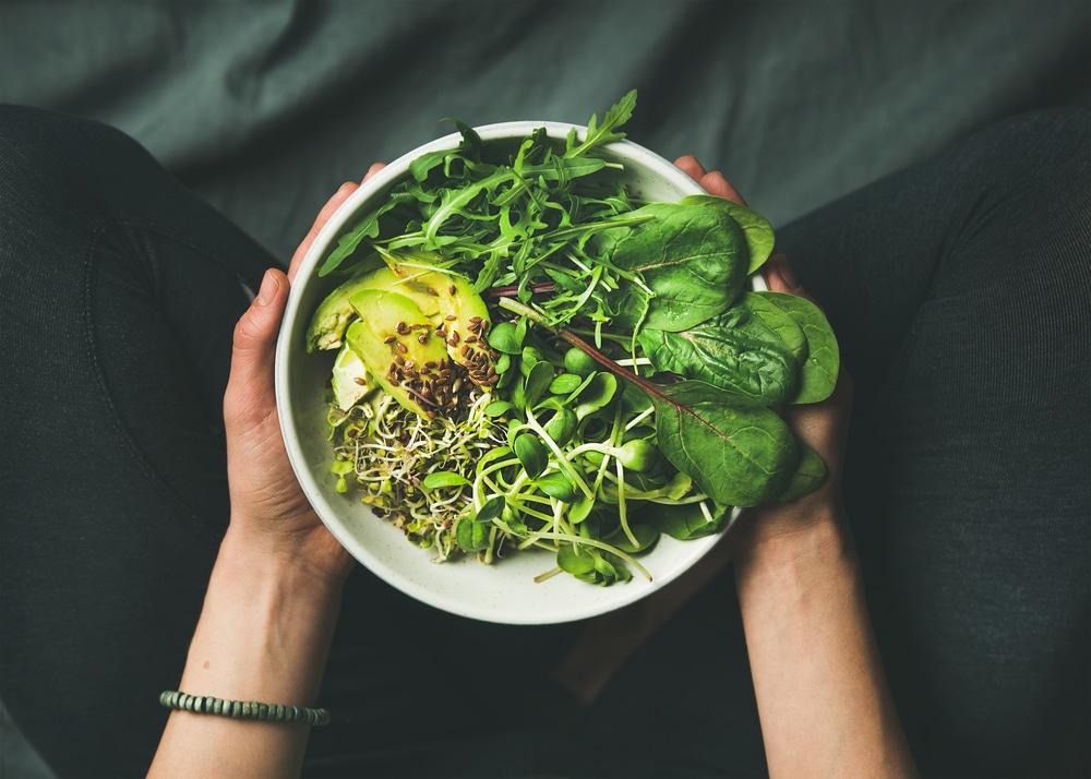 vegane Salat Bowl Avocado Spinat Erbsen