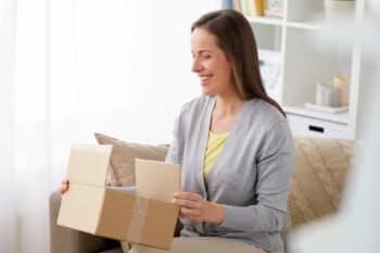 Frau mit Lieferung Packet in der Hand