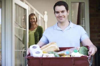 Lebensmittellieferung Mann mit Korb in der Hand