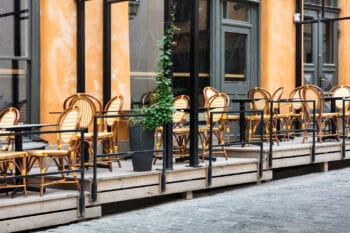 Leere Terrasse von einem Restaurant mit Tischen und Stühlen