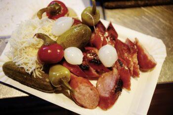 Würtschen mit Essikgurken und Krautsalat