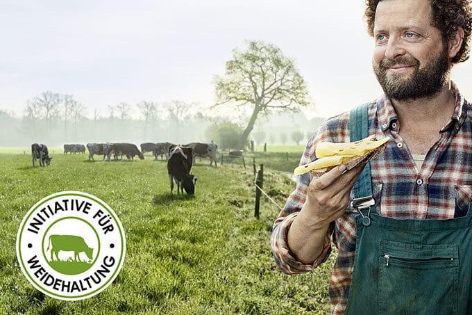 Landwirt steht auf der Weide