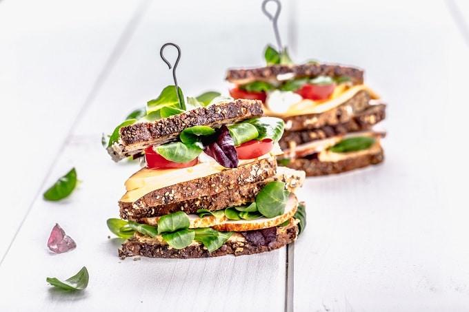 Belegte Sandwiches mit Fleisch und Salat