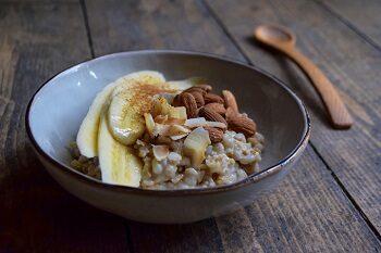 Porridge Bowl mit Bananen und Mandeln