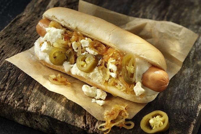 Hot Dog mit Röstzwiebeln und Jalapenos