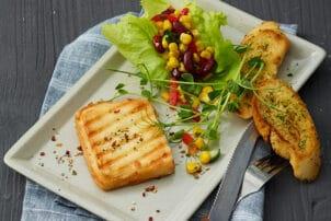 Grillkäse mit Salat und Baguette