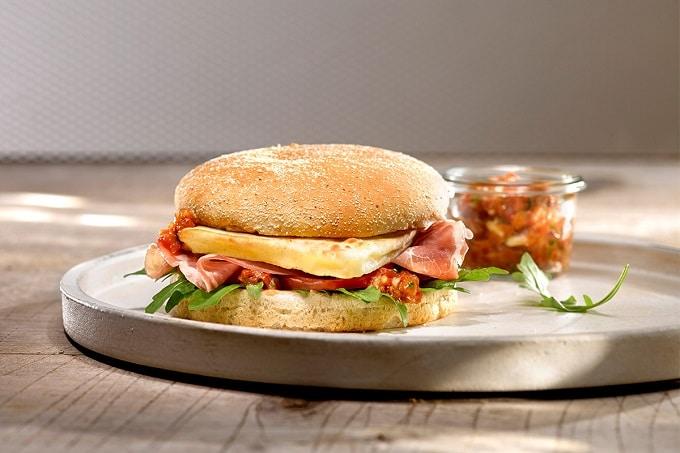 Grillkäse auf Burger mit Schinken
