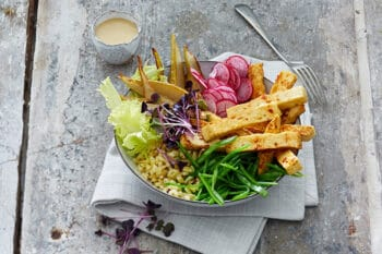 Bowl mit Grillkäse und Salat
