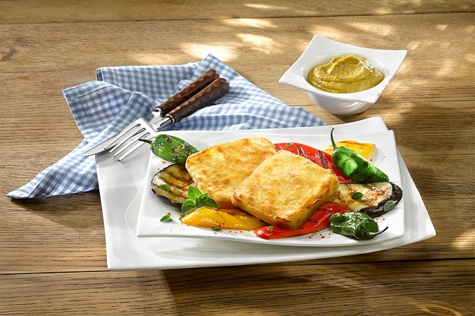 Grillkäse mit gegrilltem Gemüse und Auberginen Dip