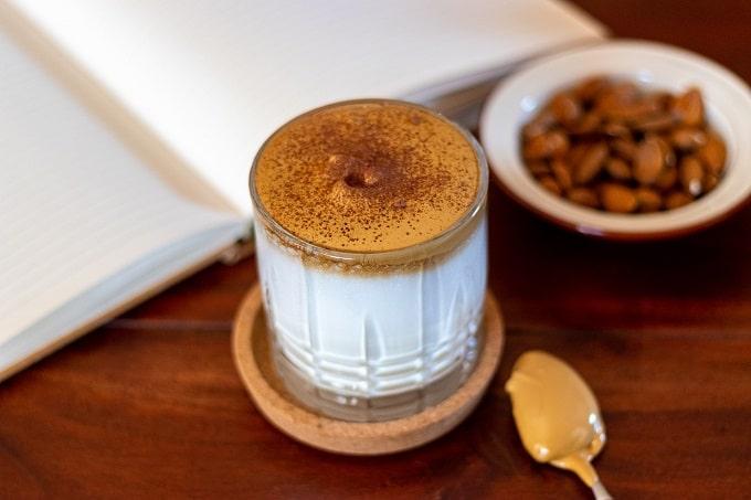 Dalgona Kaffee mit Mandeln