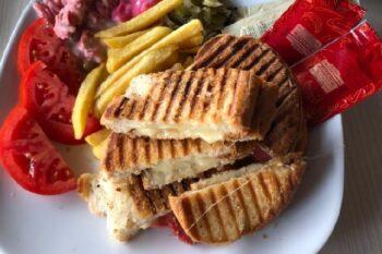 Dilli Kasar Tost mit Pommes Türkei