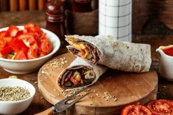 Dürüm Wrap mit Fleisch und Tomaten