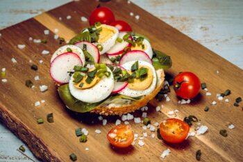 Belegtes Brot mit Ei und Tomate