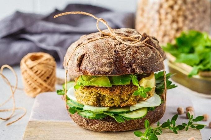 Burger aus Vollkorn mit vegetarischem Patty