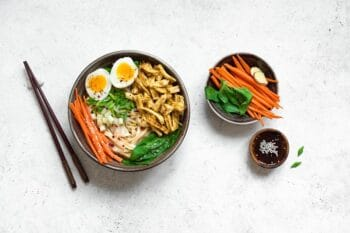 Ramen Bowl mit Eiern und Karotten