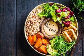 Bowl mit Reis, Süßkartoffel und Hummus Dip