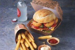 Burger mit Saucen und Pommes