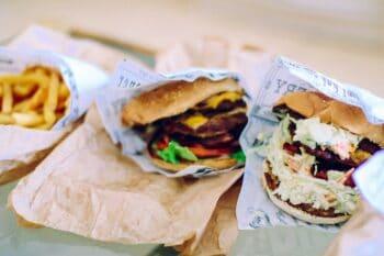 Burger in Papier-Verpackung