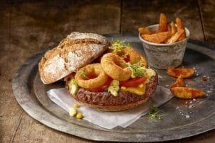 Burger mit Süßkartoffelpommes