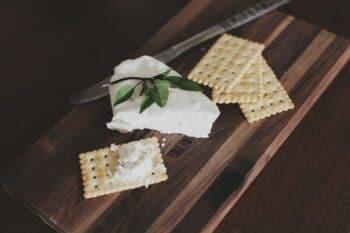 Streichkäse auf Cracker