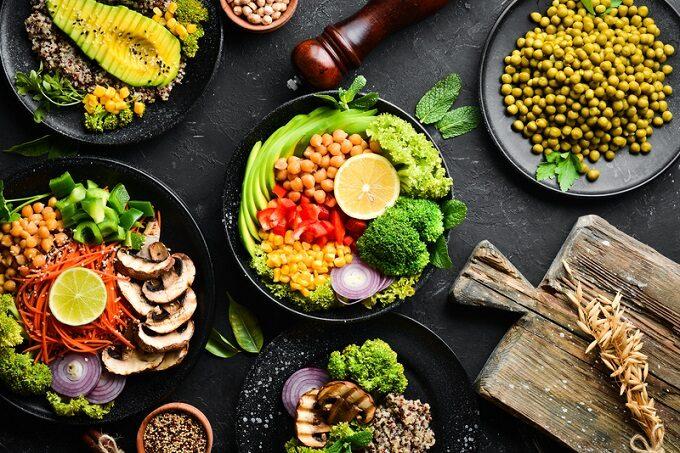 Bowl Schüssel mit Salat aus Avocado und Kichererbsen