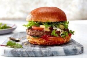 Burger mit Fleisch und Salat