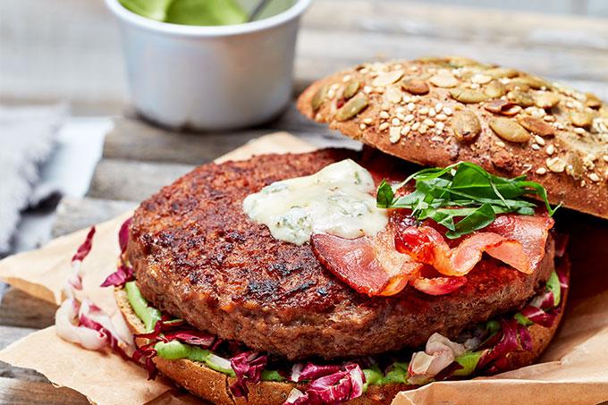 Burger mit Kürbiskernenbrot und Bacon
