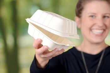 Frau mit Verpackungsbox in der Hand