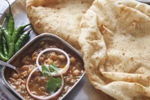 Chole Bhatura Kichererbseneintopf mit Brot