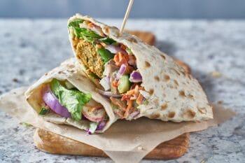 Gefüllter veganer Wrap mit Salat