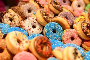 Donuts mit verschiedenen Toppings