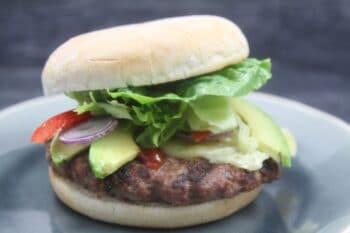 Bio Burger mit Salat und Rindfleisch