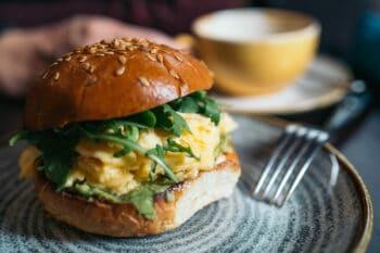 Burger mit Rührei zum Frühstück