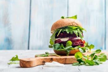 Vegetarischer Burger mit Roter Beete