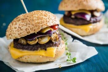 Burger mit Pilzen und Käse